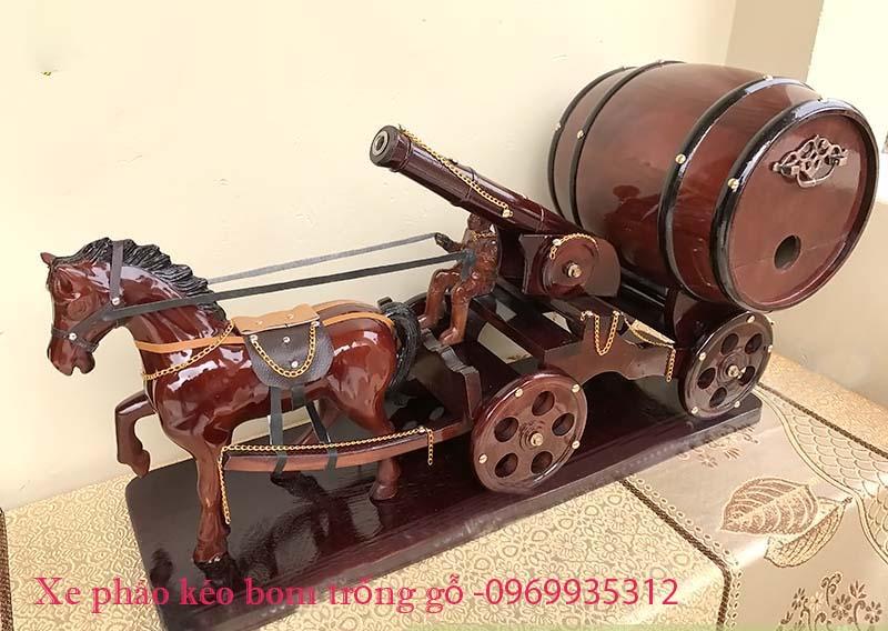 Xe pháo kéo bom trống gỗ