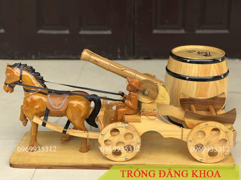 Xe pháo kéo bom trống gỗ đựng rượu